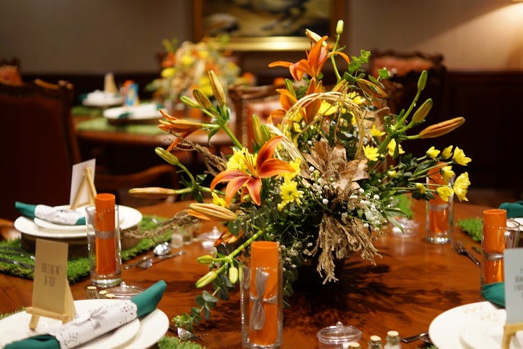 Centrepiece,Floristry,Flower Arranging,Flower,Floral design,Rehearsal dinner,Plant,Bouquet,Meal,Table