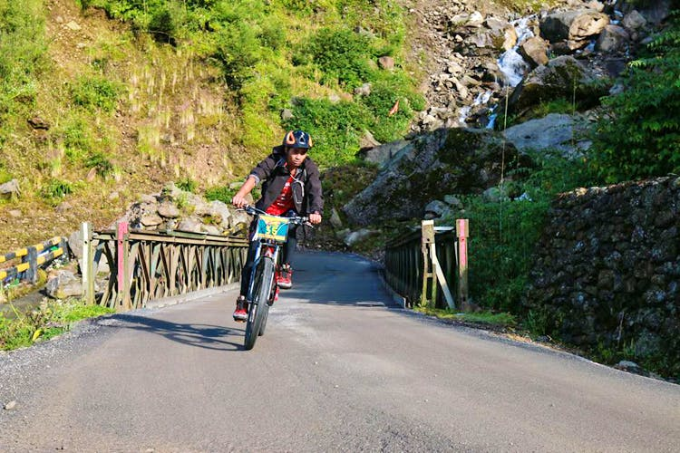 Cycling,Road cycling,Bicycle,Outdoor recreation,Vehicle,Recreation,Cycle sport,Asphalt,Mountain pass,Road