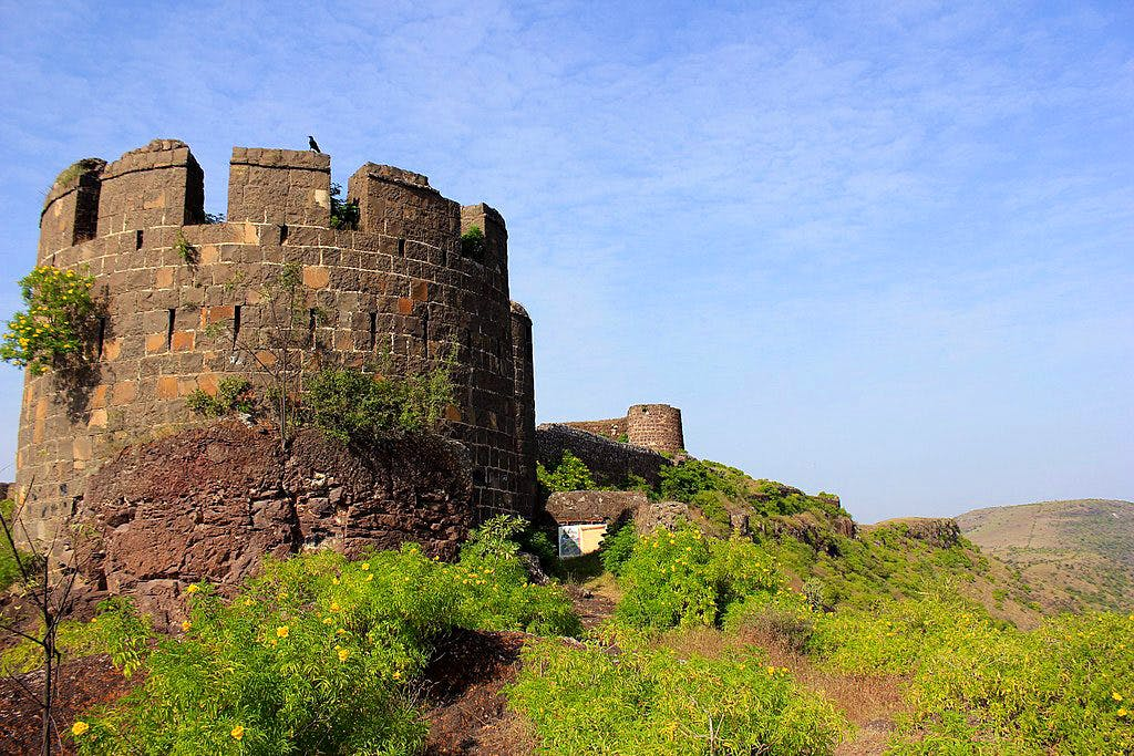 Castle,Ruins,Fortification,Wall,Sky,Ancient history,History,Building,Tree,Rural area