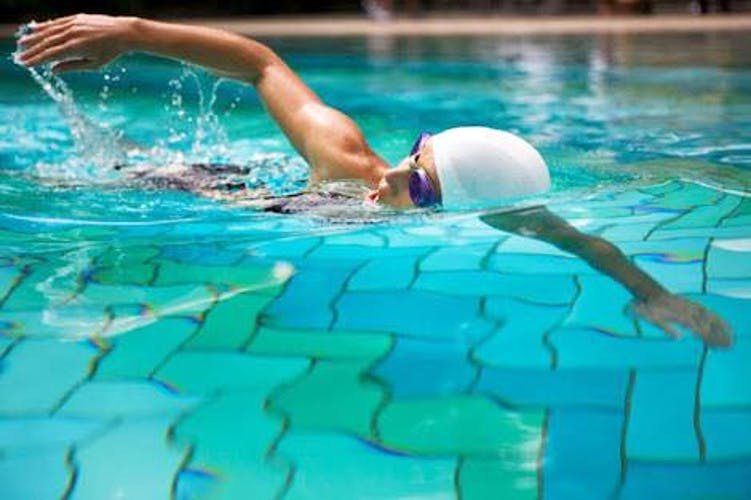 Leisure centre,Water,Swimming pool,Recreation,Swimmer,Swimming,Leisure,Swim cap,Fun,Individual sports