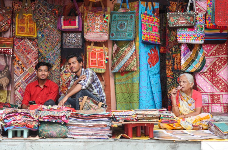 Here's Our Guide To Street Shopping In Janpath Market