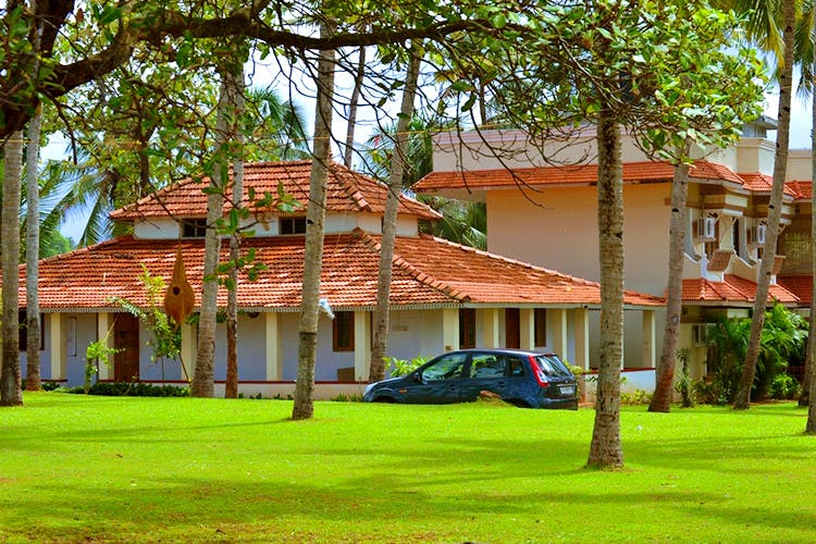 House,Property,Home,Building,Real estate,Estate,Tree,Grass,Roof,Residential area