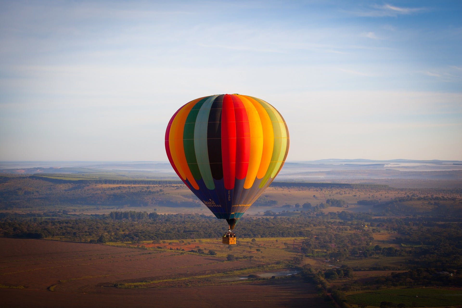 Hot air ballooning,Hot air balloon,Sky,Air sports,Air travel,Natural environment,Morning,Balloon,Vehicle,Atmosphere