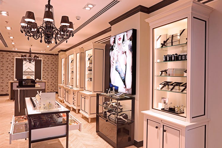 Interior design,Room,Building,Property,Furniture,Ceiling,Lighting,Display case,Boutique,Architecture