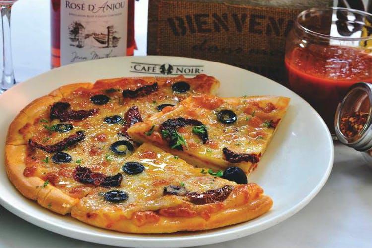 Dish,Food,Cuisine,Pizza,California-style pizza,Ingredient,Pizza cheese,Italian food,Flatbread,Produce