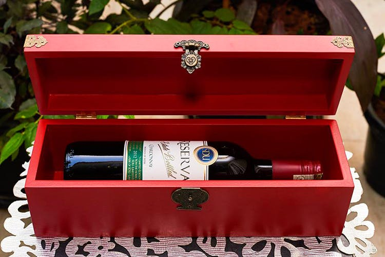 Box,Wine bottle,Bottle,Rectangle,Fountain pen,Packaging and labeling,Home accessories