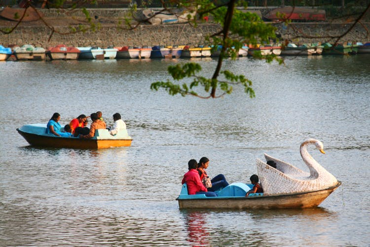 Water transportation,Waterway,Vehicle,Boat,Mode of transport,Transport,Boating,Swan boat,River,Leisure