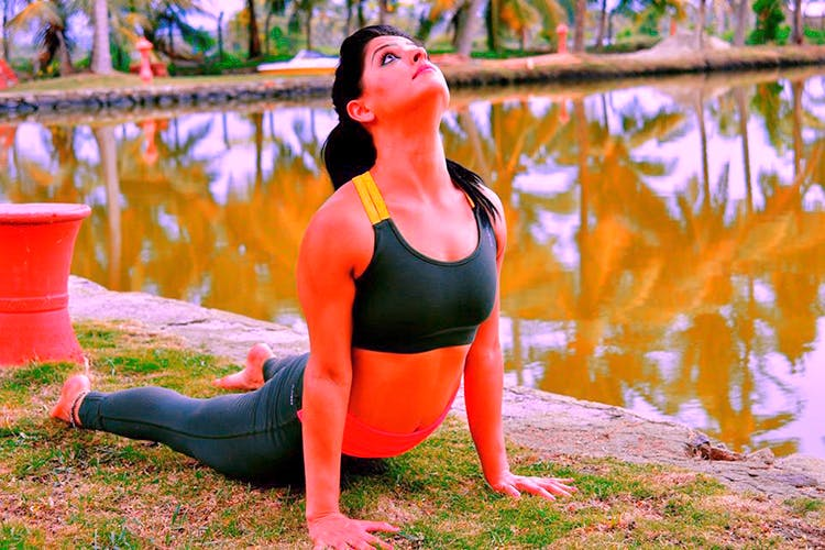 Physical fitness,Sportswear,Yoga,Green,Shoulder,Water,Active pants,Arm,Yoga mat,Leg