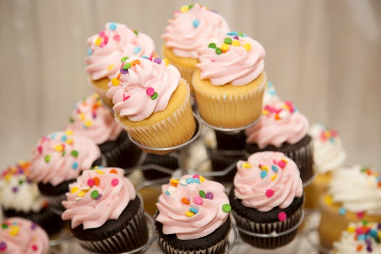 Buttercream,Cupcake,Food,Icing,Dessert,Sweetness,Cake,Cake decorating,Baking,Sprinkles