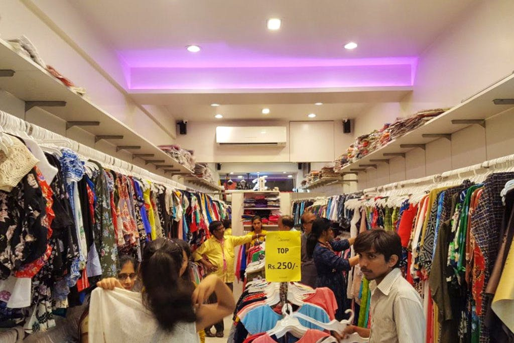 Outlet store,Clothing,Boutique,Shopping,Retail,Building,Footwear,Customer,Bazaar,Outerwear